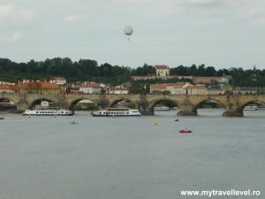 Podul Carol este construit în gotic baroc şi traversează râul Vltava. Construcţia lui a durat 45 de ani. A început în anul 1357, din ordinul regelui ceh Carol al IV-lea şi s-a sfârşit la începutul secolului al XV-lea.