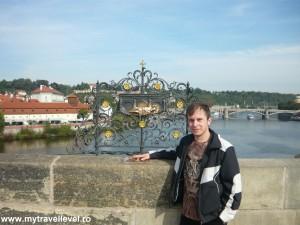 Locul de pe Podul Carol de unde Ioan Nepomuk a fost aruncat în apele râului Vltava.