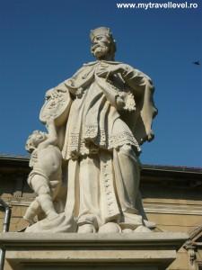 """Statuia Sfântului Ioan Nepomuk din Arad. Copie relizată în anul 2002 de către sculptorul arădean Mihai Takacs. Originalul se află în incinta Bisericii Romano-Catolice """"Sfântul Anton de Padova""""."""