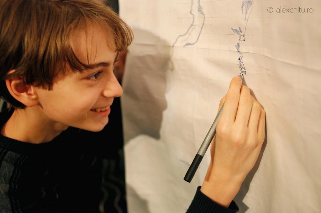Cristian Cazacu lucrând la o hartă